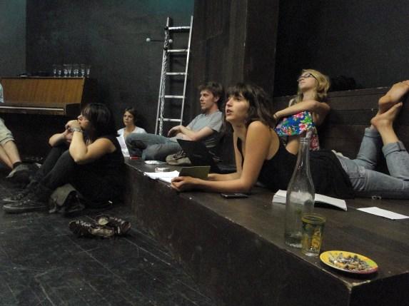Dans les coulisses du théâtre, les jeunes s'organisent !