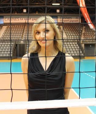 Victoria Ravva à travers les filets de volley. Photo Thibaut Carage.