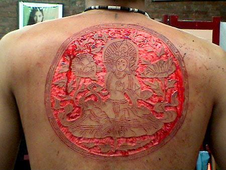 Rien n'est trop osé pour rendre hommage au Bouddha. Crédit photo: BMEZine.com