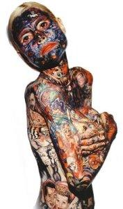 """Julia Gnuse est la femme la plus tatouée au monde. L'américaine, qui se fait surnommer """"Illustrated Lady"""" a coommencé le tatouage en voulant cacher un problème de peau."""