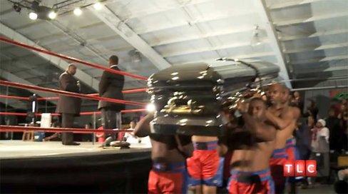 Le défunt adorait la boxe, la famille a choisi d'organiser la cérémonie sur un ring. Crédit : Yahoo !