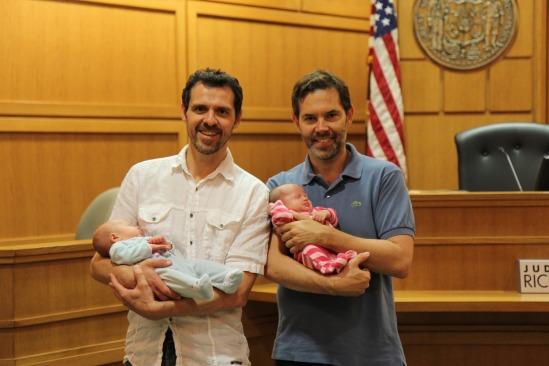 Jérôme et François avec leurs enfants Betty et Roman, nés de mère porteuse.