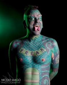 """Erik Spargue ou l'homme-lézard. « Quand j'ai décidé de me tatouer tout le corps ainsi que le visage, j'étais arrivé à un stade où ça aurait été illogique que je ne le fasse pas. « Quand j'ai décidé de me tatouer tout le corps ainsi que le visage, j'étais arrivé à un stade où ça aurait été illogique que je ne le fasse pas. « Quand j'ai décidé de me tatouer tout le corps ainsi que le visage, j'étais arrivé à un stade où ça aurait été illogique que je ne le fasse pas. Il affirme vouloir être une """"bête de foire""""."""