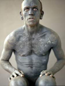 """Le néo-zélandais, Lucky Diamond Rich détient, depuis 2006, le titre d'""""Homme le plus tatoué"""". Son corps est recouvert à 100% y compris l'intérieur de son prépuce, de sa bouche et de ses oreilles."""