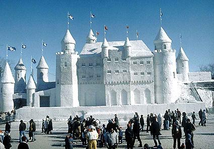 La construction du Palais des Glace a nécessité quelques 9 000 tonnes de neige. Photo : site officiel