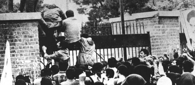 Le  4 novembre 1979 à Téhéran, les jeunes islamistes rentrent dans la cour de l'ambassade. Photo : DR