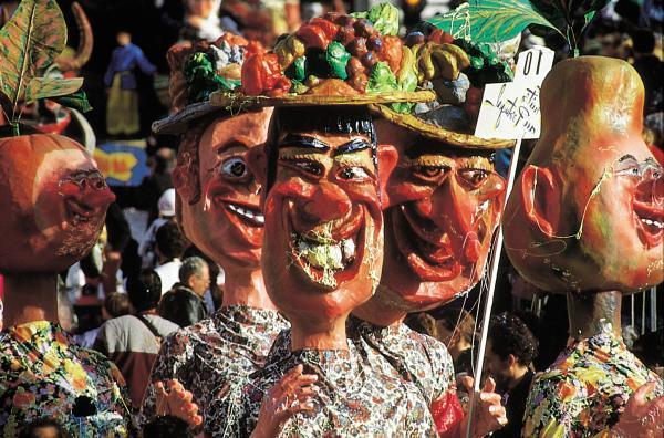 Les «grosses têtes», qui peuvent peser jusqu'à dix kilos, amusent les spectateurs et entretiennent l'identité particulière du plus vieux Carnaval du monde. Photo: DR