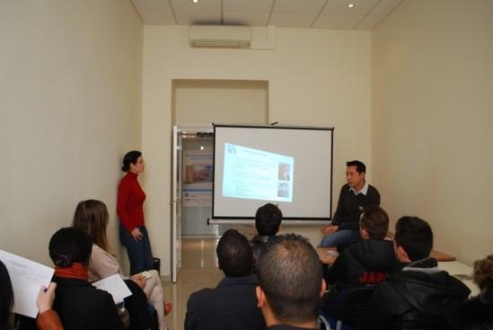 Les jeunes créateurs sont venus se renseigner auprès de l'ADIE Photo : M.M.