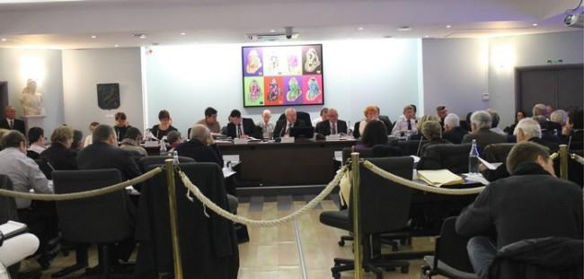 Les élus en train de débattre sur le budget.  Photo : V.V.