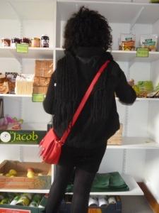Ouafa, 18 ans, fait ses courses à Agoraé, l'épicerie solidaire pour les étudiants niçois.  Crédit : Mathilde Frénois