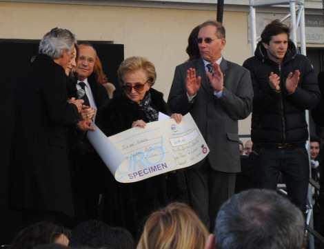 Le président de l'OGC Nice remet le chèque à la présidente. Photo : N.G.