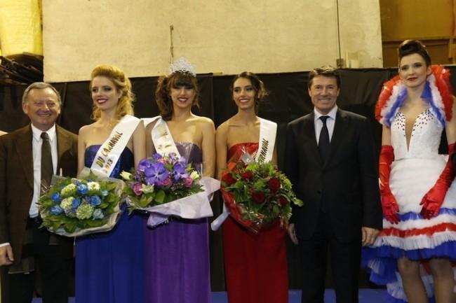 Fanny, en violet, en présence du maire lors de son couronnement à la maison du carnaval de Nice, vendredi dernier. Photo : Photos ville de Nice / Philippe Viglietti