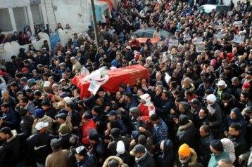 La foule réunie autour du cercueil. Photo : AFP