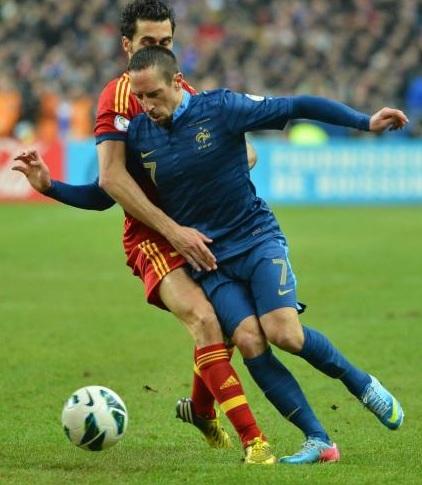 Franck Ribéry pris dans la tenaille espagnole. Photo : DR