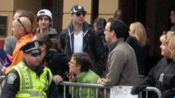 Djokhar Tsarnaev (casquette blanche) et Tamerlan Tsarnaev (casquette noire) sur une photo prise environ 15 minutes avant la première explosion. Photo : BOB LEONARD / AP / SIPA