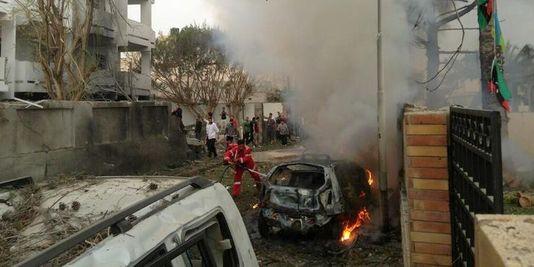 Présent sur les lieux au moment de l'incident, un Libyen a publié sur Twitter des photographies de l'ambassade en ruines et de la voiture piégée en feu. Photo : DR