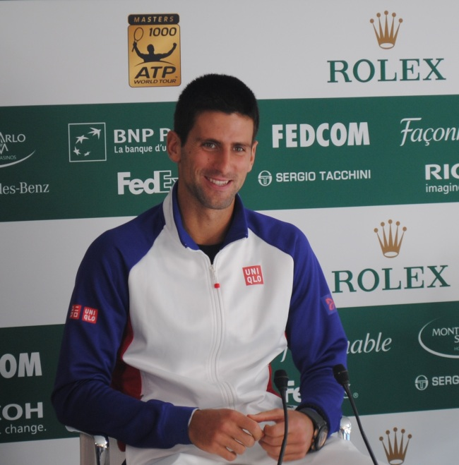 Souriant et détendu, Novak Djokovic est resté près d'un quart d'heure devant les micros. Photo : N.G