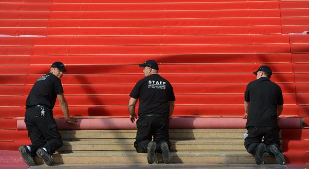 L'installation du Tapis Rouge du Palais des Festivals. Photo : D.R.