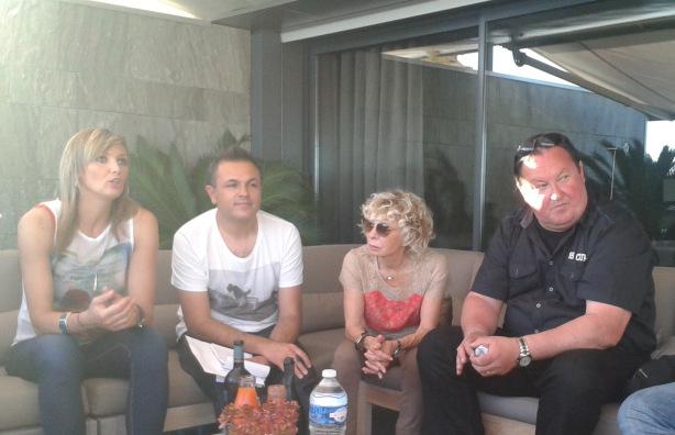 Sous le soleil cannois, Victoria Ravva a pris le temps de répondre aux questions de ses fans. Crédit photo : AB