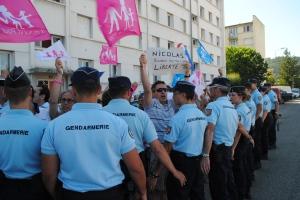 Une trenatines d'individus de La Minf pour Tous est venu en marge de la venue de Manuel Valls dénoncé l'emprisonnement d'un des leurs. Photo : N.G
