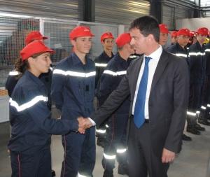 Manuel Valls salué les jeunes pompiers volontaires de la Drôme. Photo : N.G