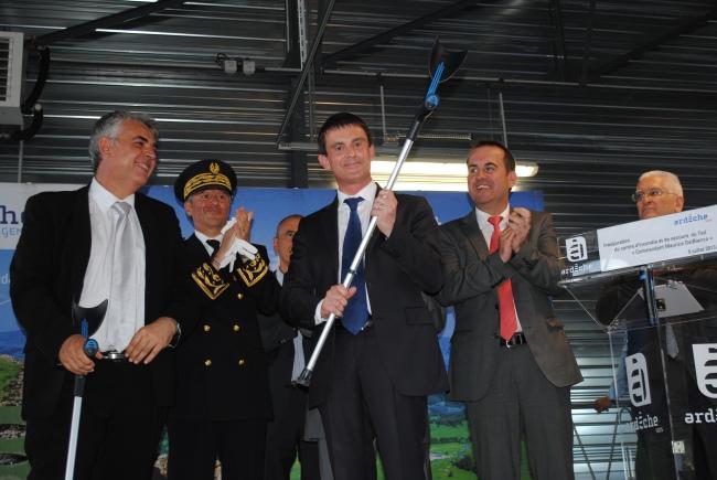 Manuel Valls était très détendu hier en Ardèche, et a répondu à ses détracteurs. Photo : N.G
