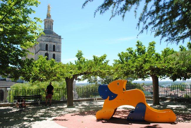 le Jardin des Doms, et ses aires de jeux offrent une belle vue sur le Palais. Photo : N.G