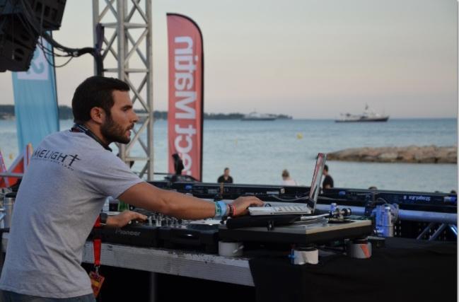 Le DJ cannois lors de son set face à la mer. (Crédit photo : Juliette Redivo)