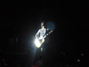 Jared Leto entame seul la partie acoustique. Photo : Juliette Redivo