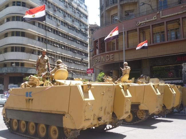 Les véhicules blindés de l'armée stationnent aux abords de la place Tahrir ( Crédit Photo : Mathilde Frénois).