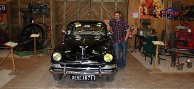Fabrice Malecki au milieu de son lieu de travail… Un hangar qui contient 500 véhicules et moteurs des années de 1900 à 1960. Crédit : Jérôme Morin