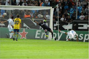 héo Walcott fusille Mandanda à bout portant et permet à Arsenal d'ouvrir le score. Crédit photo: DR