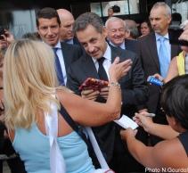Nicolas Sarkozy a même eu droit à un cadeau de la part de cette militante. (Photo N.Gourdol)