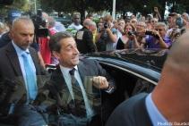 Nicolas Sarkozy a longtemps salué la foule avant de reprendre la route. (Photo N.Gourdol)