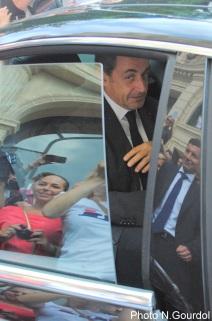 L'ancien président a du se frayer un chemin pour pouvoir rallier Nice et la suite de son programme. (Photo N.Gourdol)