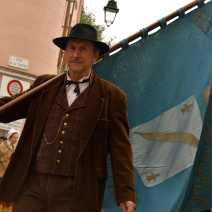 La fanfare a démarré au château de la Castre. Son porte drapeau en tête. Crédit : V.V.