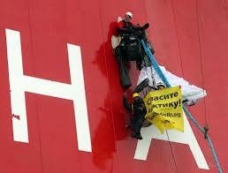 Des activistes de Greenpeace s'apprêtent à débarquer sur la plateforme pétrolière de Gazprom en mer de Pechora. (D.R.)