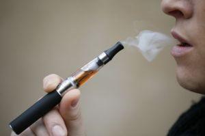 En 2012, 10% des lycéens américains ont déclaré avoir déjà essayé au moins une fois la cigarette électronique. (crédit : AFP PHOTO / Kenzo Tribouillard)