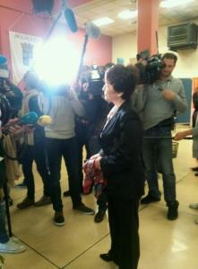 La candidate UMP Delzers est arrivée au hall des expositions de la ville, peu après 17h.