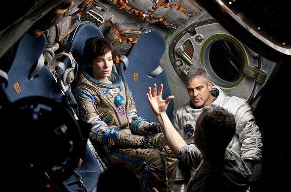 Sandra Bullock et George Clooney attentifs aux instructions du réalisateur. Crédit photo: EW