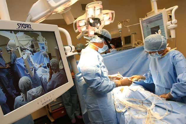 Des médecins en train d'opérer un patient D.R.