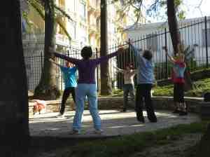 Un cours de Tai Chi pour les séniors en plein air. (Crédit : D.R.)