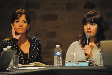 Alice Antheaume, responsable de la prospective à l'Ecole de Journalisme de Sciences Po Paris, écoute son élève Lucie Ronfaut parler de l'intérêt du code (Photo Nathan Gourdol)
