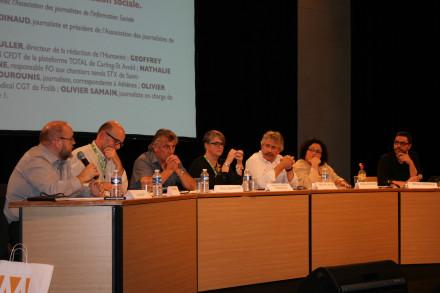 Les différents intervenants ont critiqué sans ménagement les pratiques journalistiques en matière d'information sociale. (Crédit photo : S.H.)