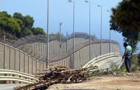 Un militaire turc inspecte le « mur de la honte » pour repérer d'éventuels réfugiés syriens qui tenteraient de rejoindre le territoire turc. (D.R.)