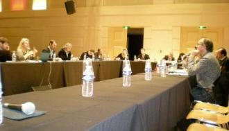 Le public était invité à s'attabler avec les intervenants pour être mieux intégré au débat. (crédit : J.C)