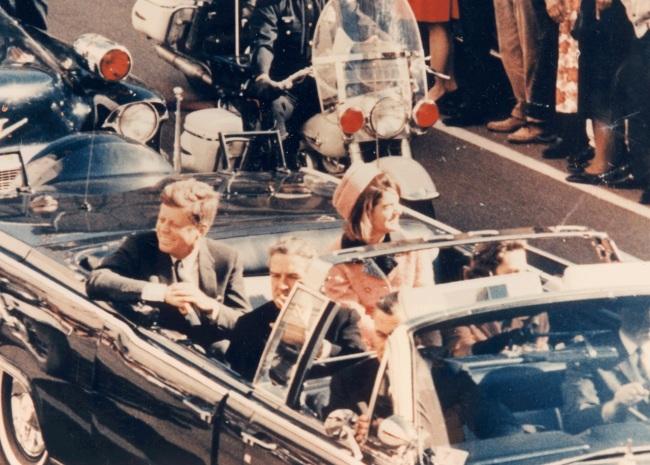 Le 22 Novembre 1963, jour de son assassinat, JFK roulait dans cette Lincoln Continental cabriolet aux cotés de sa femme  Jacqueline Kennedy, dans les rues de Dallas. D.R.