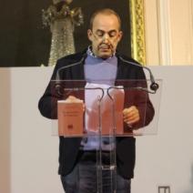 """Patrick de Saint-Exupéry, chargé de remettre les prix, annonce la lauréate de la catégorie """"Journalisme"""" (Crédit photo : C.P)"""