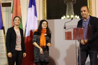 """Patrick de Saint-Exupéry cède la place à deux membres du jury étudiant pour la remise du prix """"enquête et reportage"""" (Crédit : C.P)"""