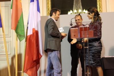 """La Ministre de la Culture et de la Communication remettant le prix """"Recherche"""" à Nicolas Kaciaf (Crédit C.P.)"""